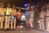 TP HCM: CSGT vây bắt 2 anh em ruột buôn lậu trốn trong bãi cỏ