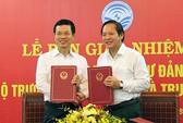 Ông Nguyễn Mạnh Hùng và ông Trương Minh Tuấn ký bàn giao nhiệm vụ