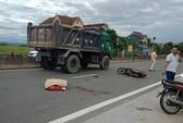 Tông đuôi xe tải lùi từ gara ra, người đàn ông đi xe máy tử vong