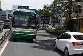 Xe buýt nghênh ngang chạy ngược chiều ở trung tâm TP HCM