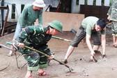Bộ đội, công an lội bùn, lội suối giúp dân khắc phục mưa lũ