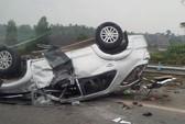 6 người kêu cứu trong chiếc Fortuner lật ngửa trên cao tốc
