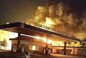 Cây xăng bốc cháy dữ dội trong đêm