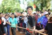 Những hình ảnh chân chất của Hoa hậu H'Hen Niê khi trải lòng với buôn làng