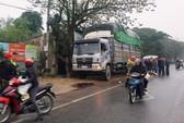 Tông vào xe tải đỗ bên đường lúc mưa phùn, người phụ nữ đi xe máy tử vong