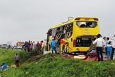4 ô tô tông nhau liên hoàn, xe cứu thương bay xuống ruộng