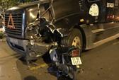 TP HCM: Kinh hoàng xe máy găm thẳng vào xe container