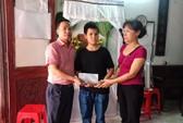 Báo Người Lao Động trao 10 triệu đồng hỗ trợ gia đình nữ công nhân vệ sinh tử nạn