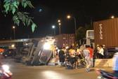 TP HCM: Xe container lật như phim ở vòng xoay Phú Hữu