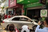 Xế hộp do nữ tài xế điều khiển bất ngờ lao thẳng vào cửa hàng ở Hà Nội