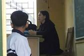 Cô giáo bắt quỳ, 1 học sinh chấp hành, 1 học sinh không đồng ý bị đuổi khỏi lớp