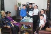 Tặng thẻ BHYT cho con trai nữ công nhân vệ sinh bị