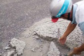 Sợ người dân gặp nạn, 2 thợ đá đục mảng bê tông gây