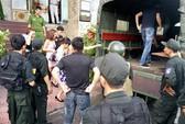 Cảnh sát đột kích quán karaoke, đưa khoảng 80