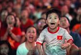 """Hàng ngàn CĐV """"nổ tung"""" cảm xúc khi Việt Nam ghi bàn hạ Thái Lan"""