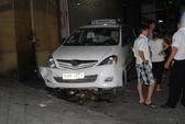 Nhân viên rửa xe lái taxi, kéo lê bé gái dưới gầm
