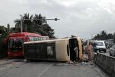 Xe khách bị ép lật nhào, gần 20 người thoát chết