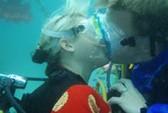 Lãng mạn đám cưới tập thể dưới nước