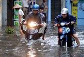 Đường phố Hà Nội tắc nghẽn vì mưa ngập