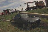 Tông cột điện nát ô tô, 5 người bị thương nặng