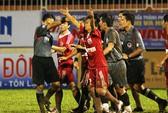 Giải U21 báo Thanh Niên: Suýt vỡ trận vì trọng tài
