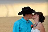 Bất ngờ có bộ ảnh cưới độc nhờ… cơn lốc!