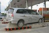 Mất lái, ô tô chồm lên con lươn trạm thu phí