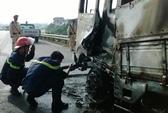 Hà Nội: Xe tải bỗng dưng bốc cháy trên cầu Thanh Trì