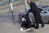 Cảnh sát New York cởi áo tặng người vô gia cư