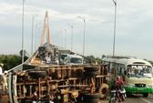 Xe tải lật, cầu Rạch Miễu ách tắc giao thông