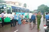 Mô tô va chạm xe buýt, một cụ già bị cán gãy chân