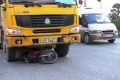 Xe tải phóng nhanh tông xe máy dừng đèn đỏ, kéo lê 10 m