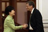 Bắt tay tổng thống Hàn Quốc, Bill Gates gây tranh cãi