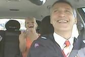 Thủ tướng lái taxi để thăm dò ý dân