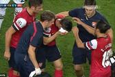 Hung tin mới: Koscielny đổ máu đầu, Szczesny bị đạp vào cổ