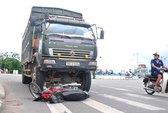 Hai cha con chết dưới bánh xe tải