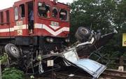 Băng qua đường sắt, xe tải chở nước bị tàu hoả tông nát