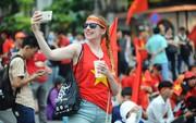 U23 Việt Nam - Uzbekistan: CĐV nhuộm đỏ phố đi bộ