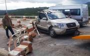 Xe khách ủi thẳng xe du lịch tại trạm thu phí, 3 người trọng thương