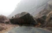 Suýt chết vì đá tảng rớt chắn ngang đường đèo Khánh Lê