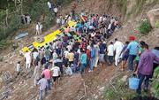 Xe chở học sinh cấp 1 rơi xuống hẻm núi, 30 người thiệt mạng