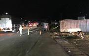 Xe khách dừng trên đường bị container tông, đẩy hơn 100 m