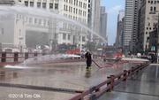 """Mỹ: Nóng tới mức cứu hỏa phải phun nước """"cứu"""" cầu thép"""