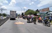 Xe máy va chạm xe tải, 1 phụ nữ tử vong, giao thông ùn ứ