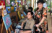 """NSND Lệ Thủy mang """"cần câu"""" cho người khuyết tật"""