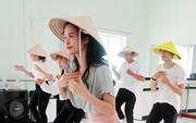 Đông Nhi đem nón lá đến Nhật Bản