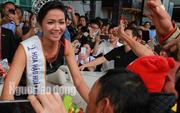 Hàng ngàn người dân chào đón Hoa hậu H'Hen Niê