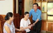 Quảng Bình: Tặng quà công nhân bị tai nạn lao động