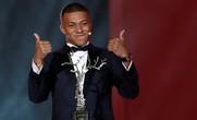 Mbappé nhận giải vàng vẫn lo bị rao bán