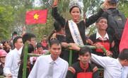 Hoa hậu H'Hen Niê được chào đón nồng nhiệt tại quê nhà